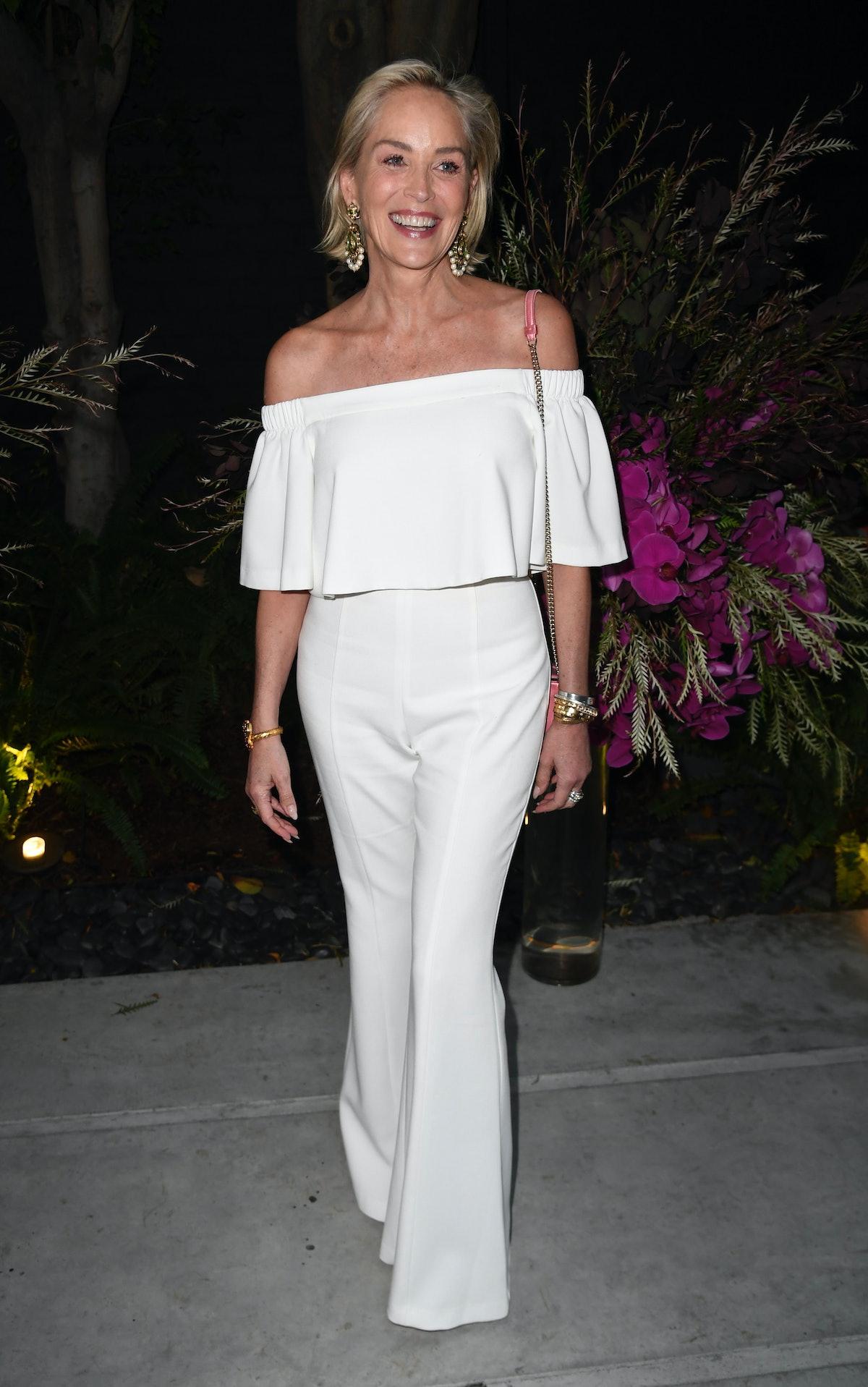 شارون تمام لباس سفید پوشیده است