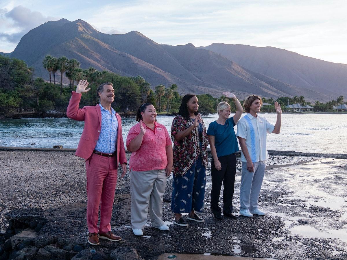 Murray Bartlett, Jolene Purdy, Natasha Rothwell, and Lukas Gage waving on a beach