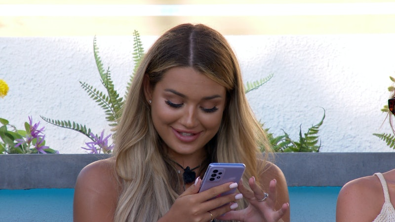 'Love Island's Lucinda receives a text