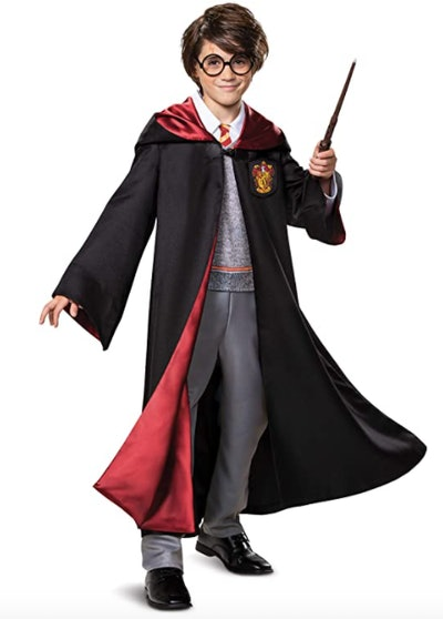 Child wearing a Harry Potter costume