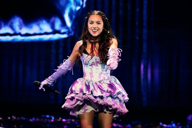 "Olivia Rodrigo put on a rousing performance of ""good 4 u"" at the 2021 VMAs."