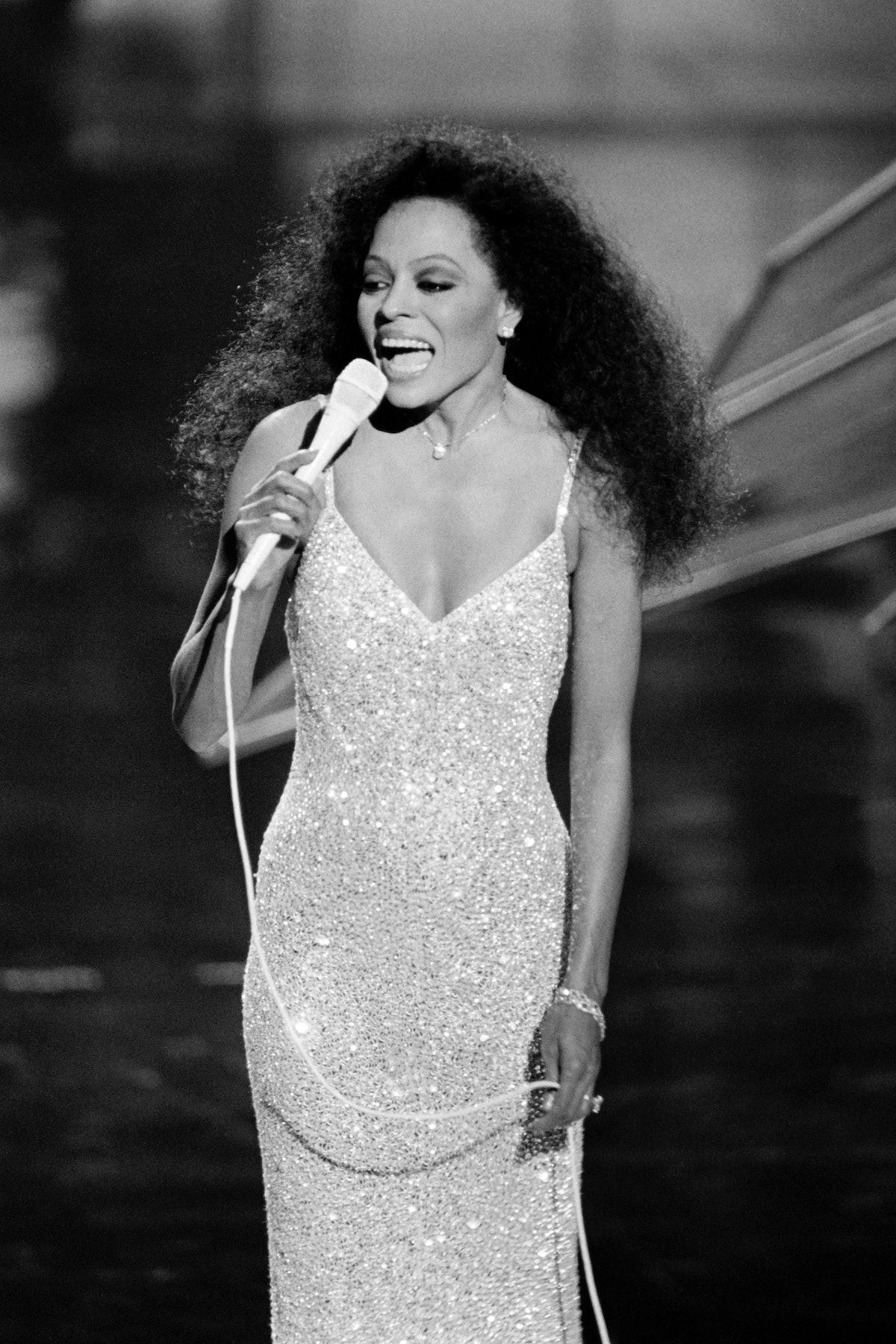 خواننده آمریکایی دایانا راس در 25 مارس 1985 در طول پنجاه و پنجمین دوره جوایز اسکار اجرا کرد