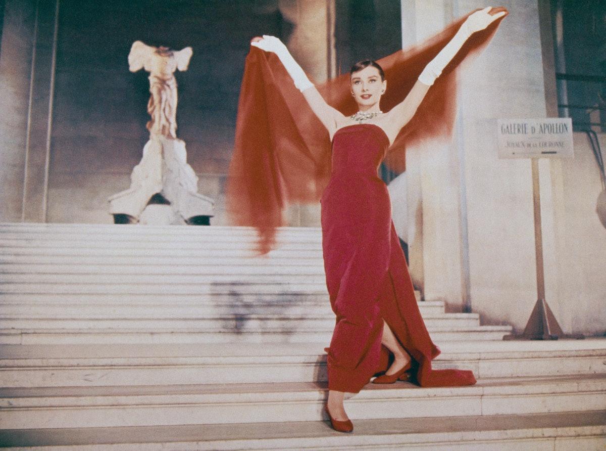 بازیگر زن آدری هپبورن (1929 - 1993) از پلکان دارو در لوور پاریس فرود می آید ، در صحنه ای ...
