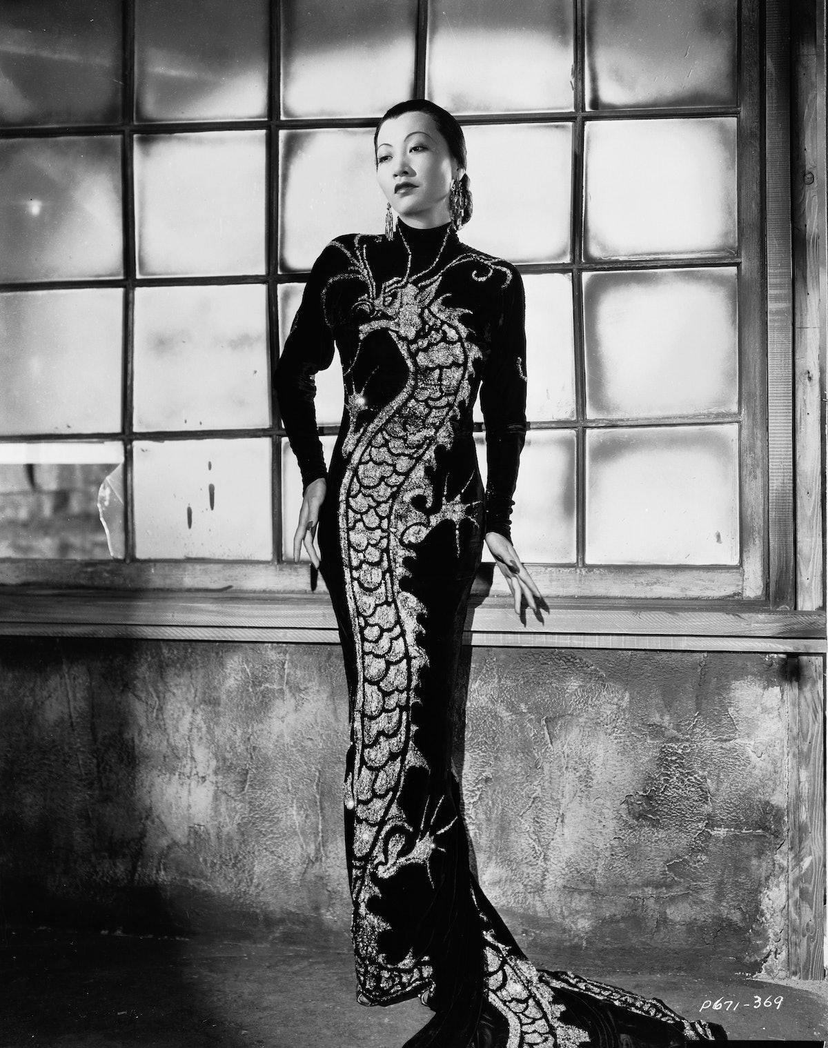 آنا می وونگ ، ستاره فیلم چینی -آمریکایی ، (1905 - 1961) با لباسی با نقش اژدها در یک مجله عمومی ...
