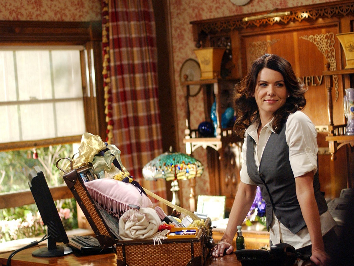 Lorelai Gilmore (Lauren Graham) at the Dragonfly Inn on 'Gilmore Girls' to show Airbnbs that will tr...