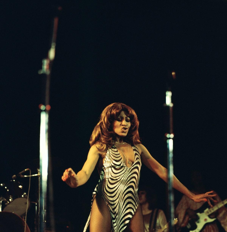 خواننده آمریکایی تینا ترنر از گروه Ike & Tina Turner Revue به صورت زنده روی صحنه در Hammersmith اجرا می کند ...