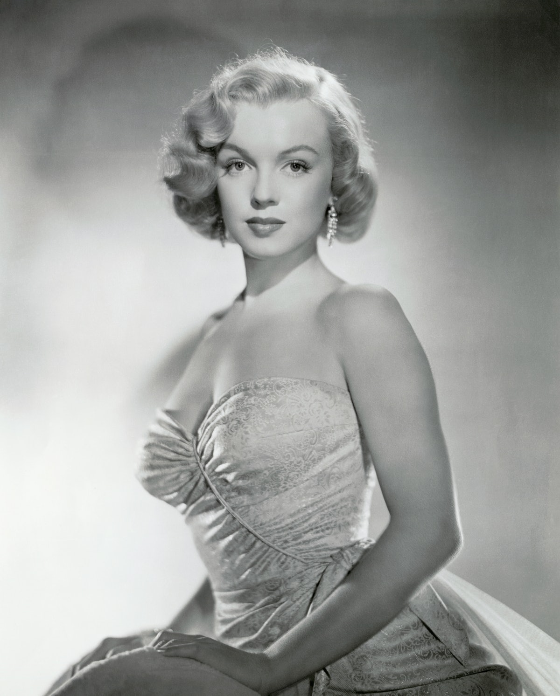 مرلین مونرو (1926-1962) ، ستاره سینمای آمریکا و تصویر جنسی ، در یک شب بدون بند به طور مظلومانه عکس می گیرد ...