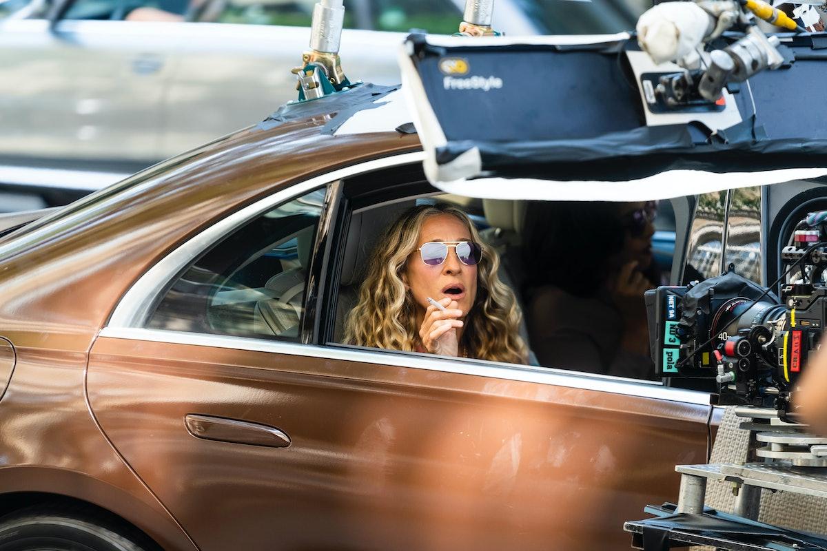 سارا جسیکا پارکر ، در نقش کری بردشاو ، در حال سیگار کشیدن