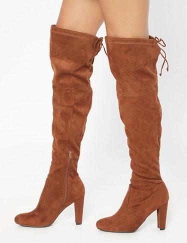 Luna La wears knee-high brown boots on 'Gossip Girl.'