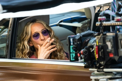 """Sarah Jessica Parker as Carrie Bradshaw smoking on the set of """"And Just Like That..."""""""