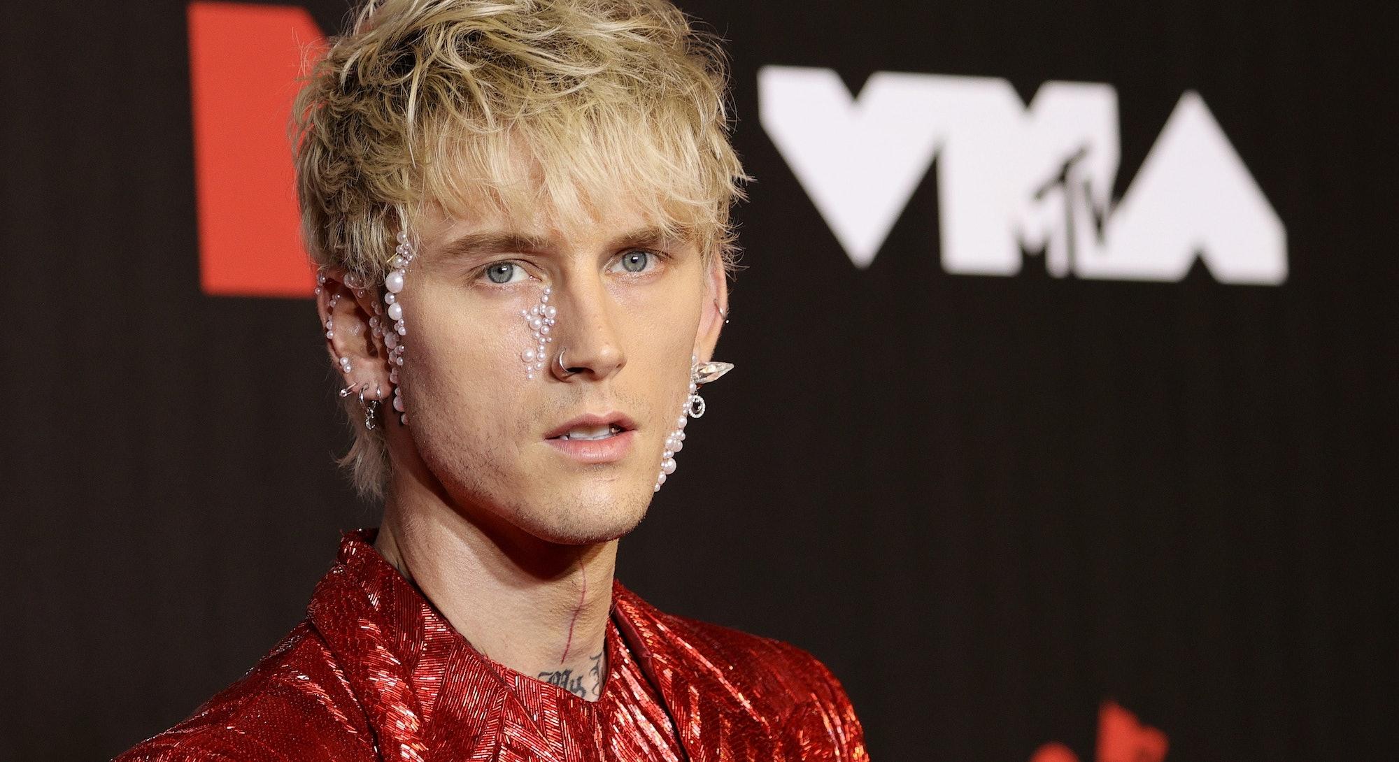 NEW YORK, NEW YORK - SEPTEMBER 12: Machine Gun Kelly attends the 2021 MTV Video Music Awards at Barc...