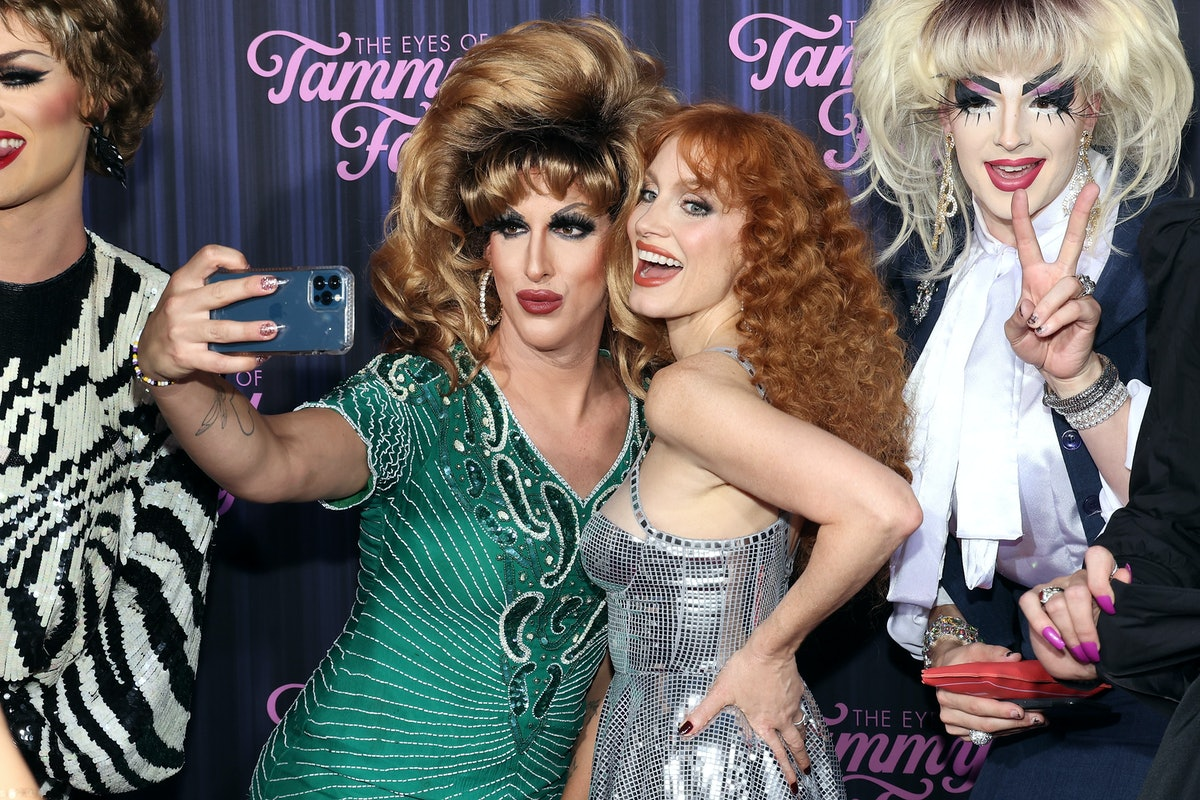 """Jessica Chastain poses for photos with drag queens at the New York premiere for """"The Eyes of Tammy F..."""