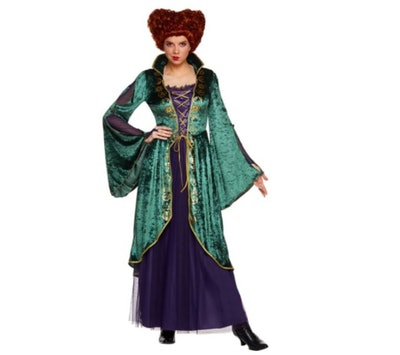 Woman dressed as Winifred Sanderson from Hocus Pocus