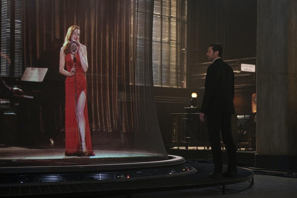 Rebecca Ferguson serenades Hugh Jackman, via hologram, in Reminiscence.