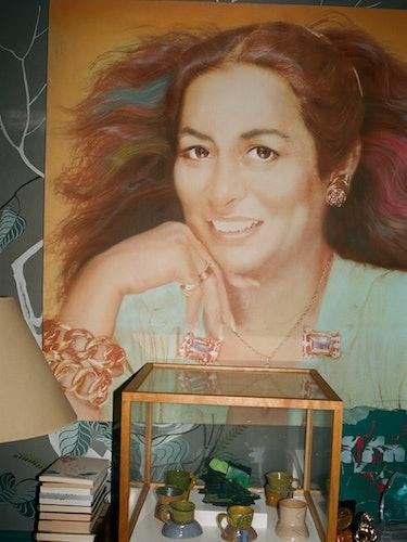 A Richard Bernstein portrait of Quinn, 1985, behind a display of cups by Ken Price.