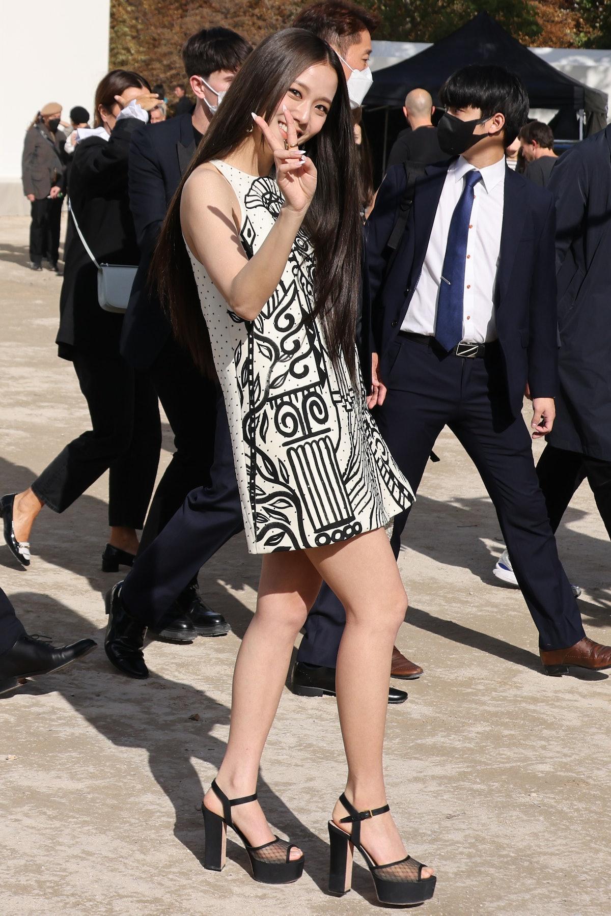 خواننده جیسو از گروه Blackpink در نمایشگاه لباس های زنانه Dior بهار/تابستان 2022 در قالب ...