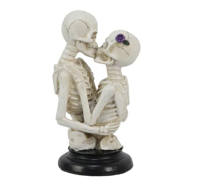 Table decor; two skeletons kissing