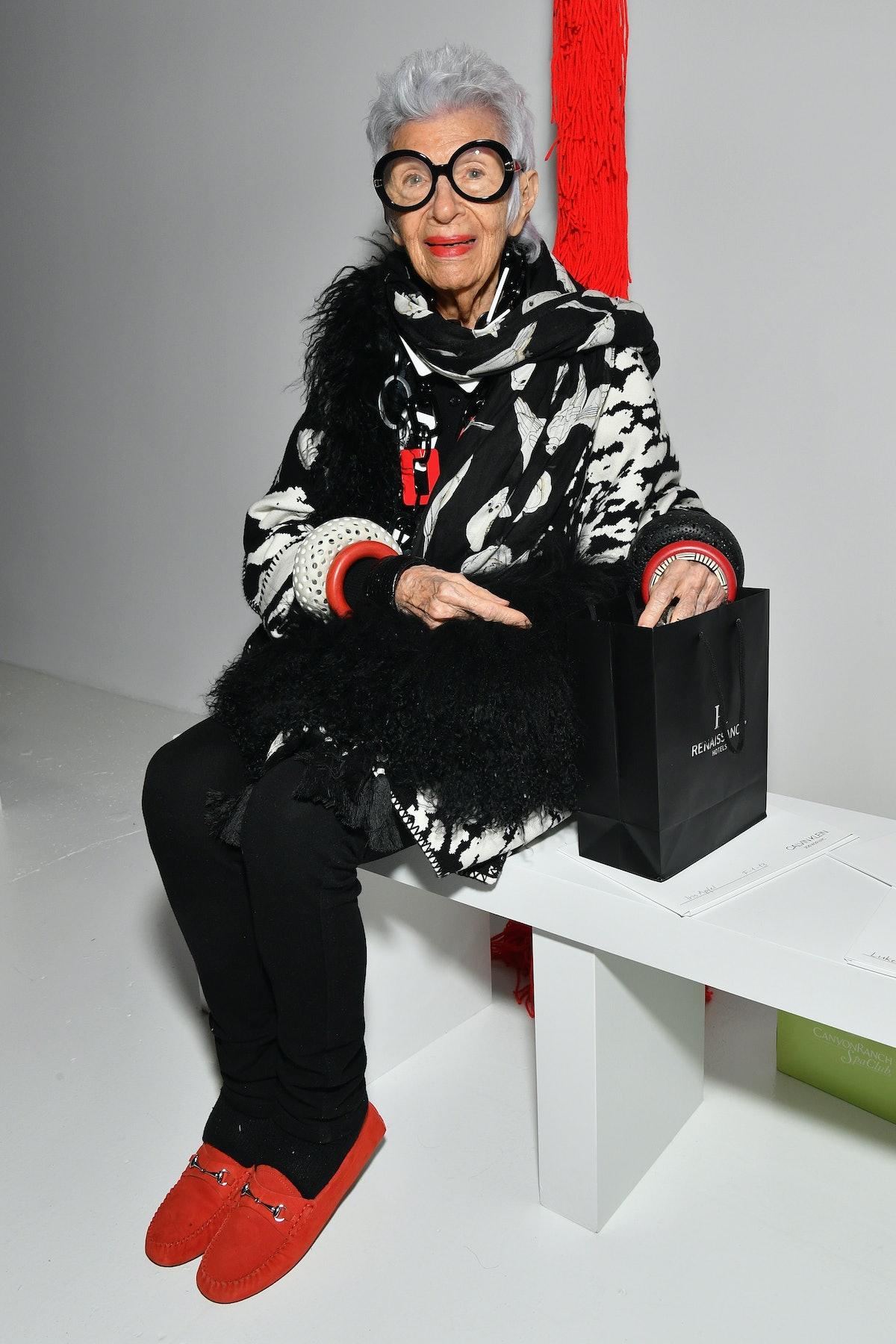 آیریس آپفل در نمایش کالوین کلاین کفش قرمز پوشیده است
