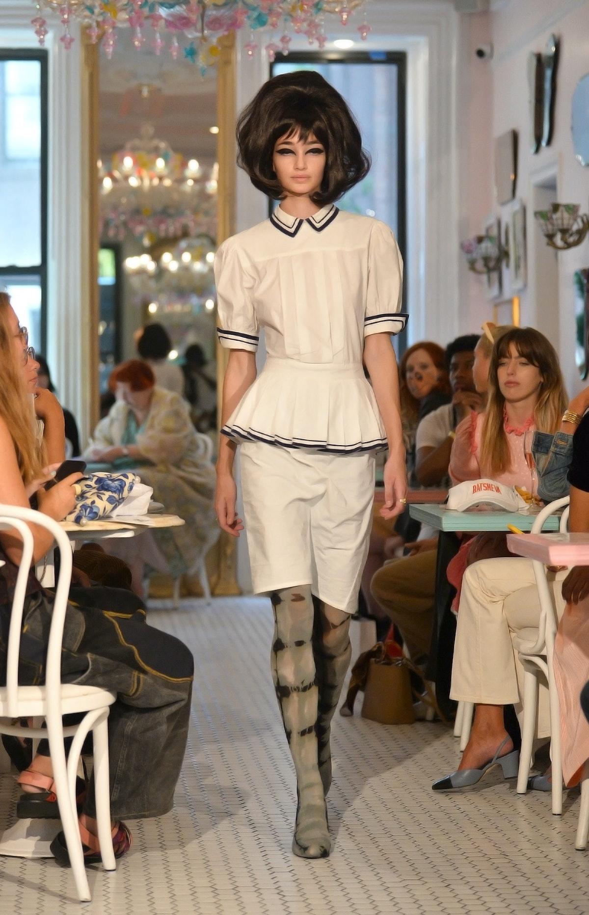 نیویورک ، نیویورک - 10 سپتامبر: یک مدل در نیویورک در بوتشوا روی باند پیاده روی می کند: نمایش ها در اس ...