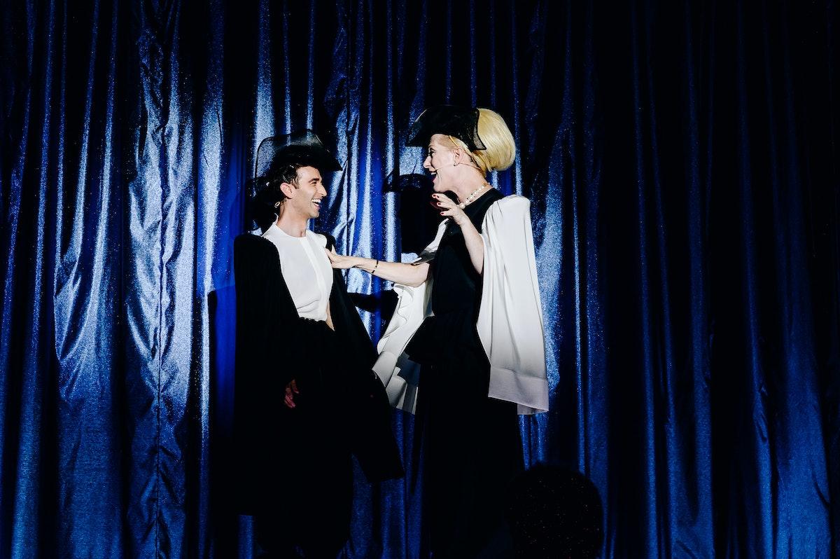 جاستین ویویان باند و آنتونی روت کوستانزو روی صحنه تظاهرات می کنند