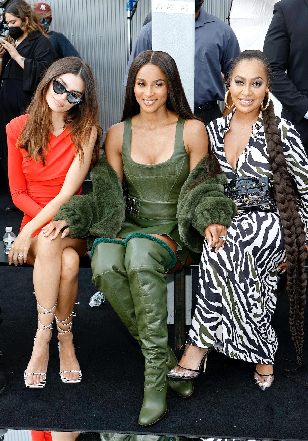 Emily Ratajkowski ، Ciara و La La Anthony در DUNDAS x REVOLVE NYFW Runway Show Casa Cipriani در ...