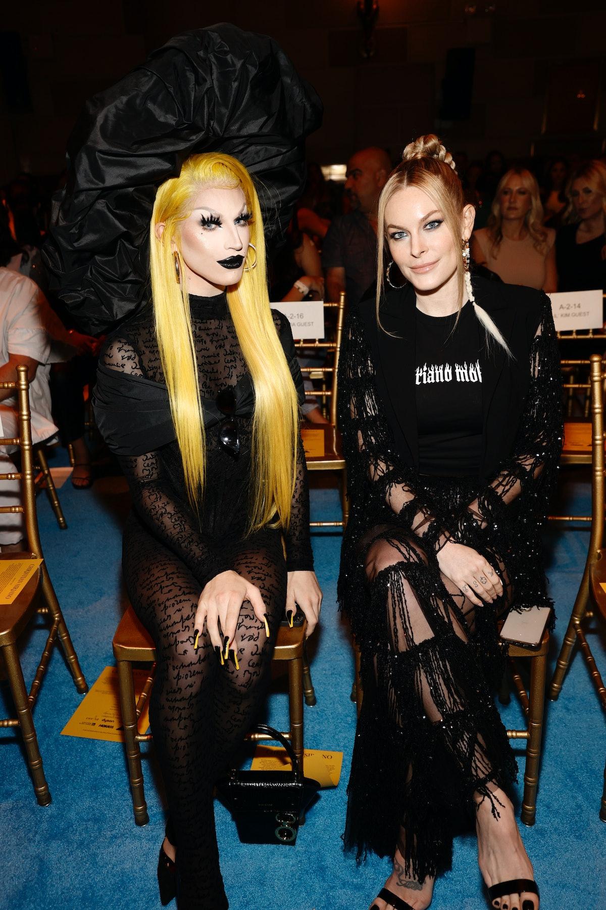 آکواریا و لیا مک سوینی در ردیف اول نمایش مد Christian Siriano SS2022 در Gotham Hal ...