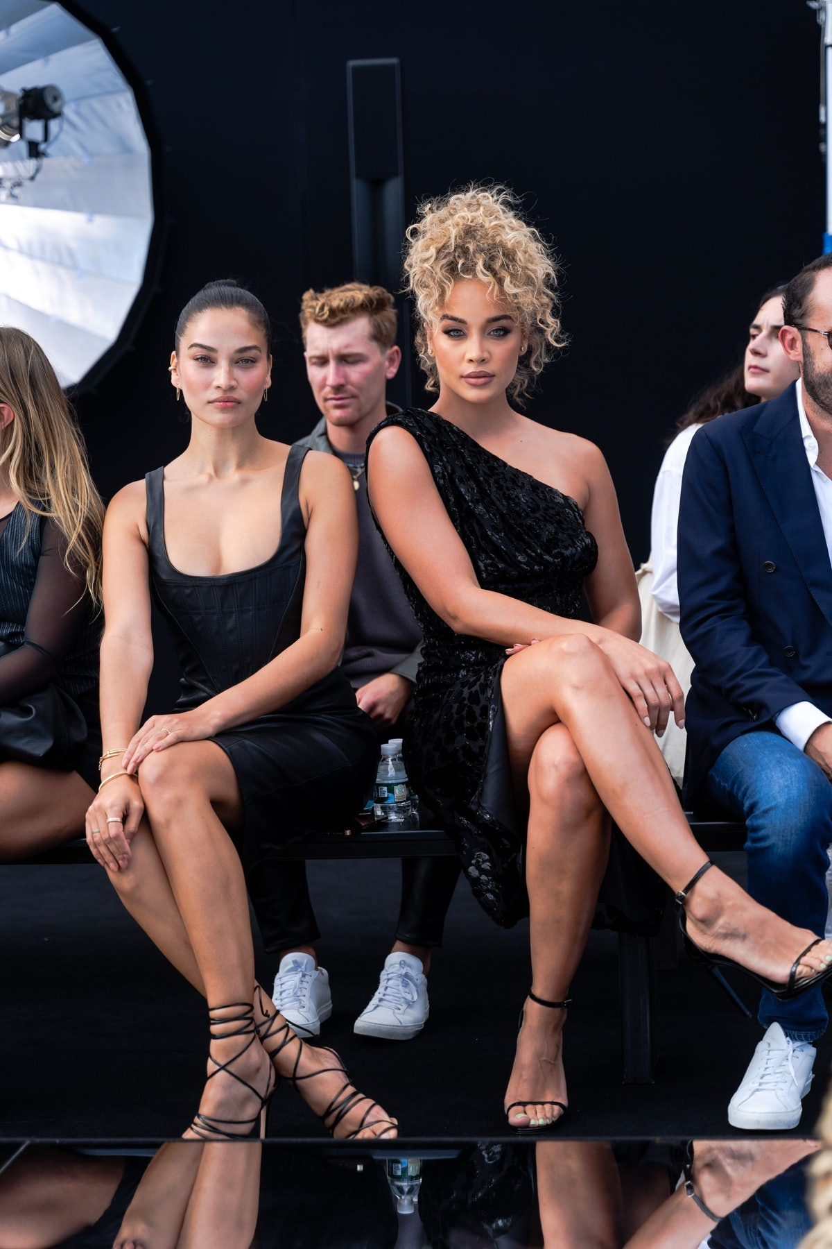 شانینا شایک (L) و یاسمین سندرز در نمایشگاه باند DUNDAS x REVOLVE NYFW در Casa Cipriani شرکت می کنند ...