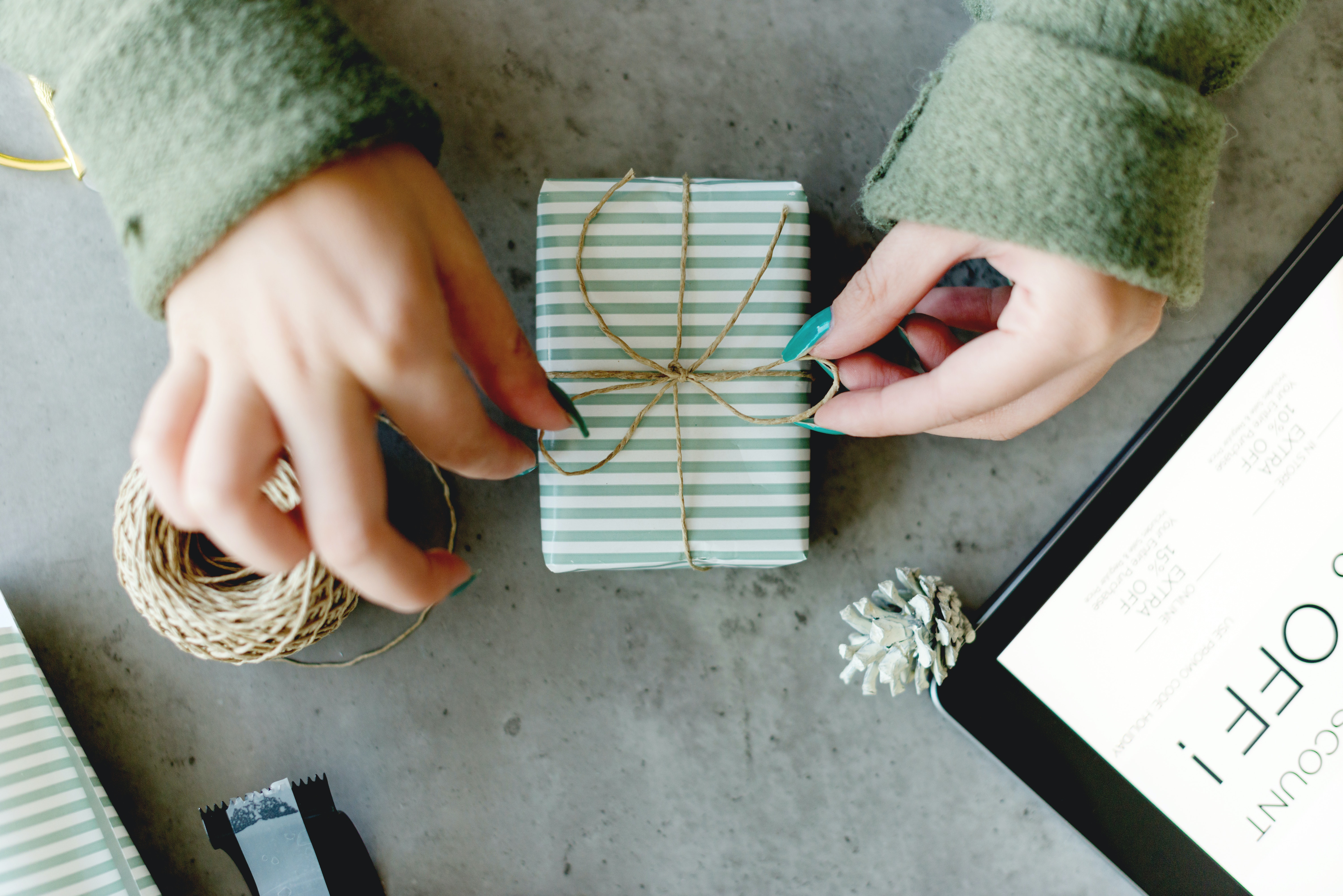 10 Engagement Gift Ideas To Send Your Friend That Are Cool Useful