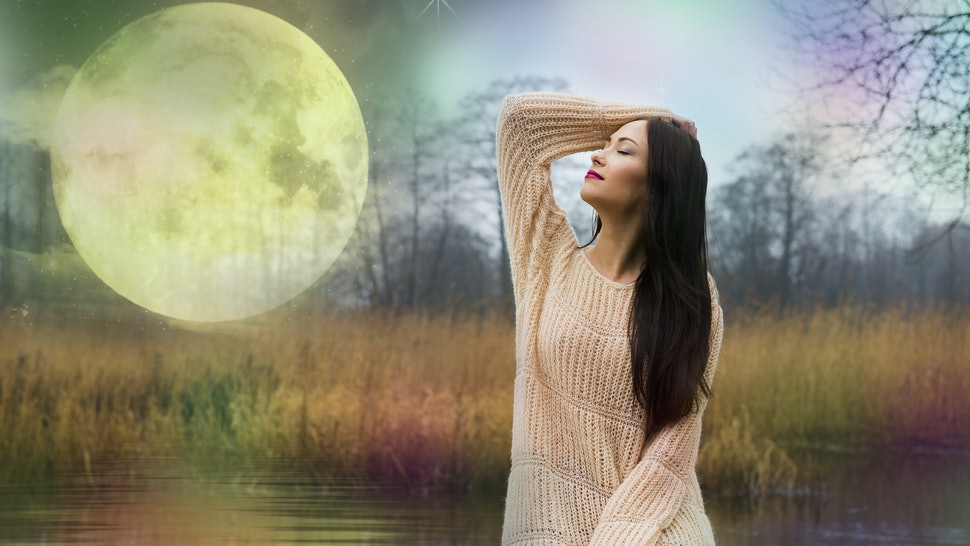 The woman and the full moon, in anticipation of the full moon