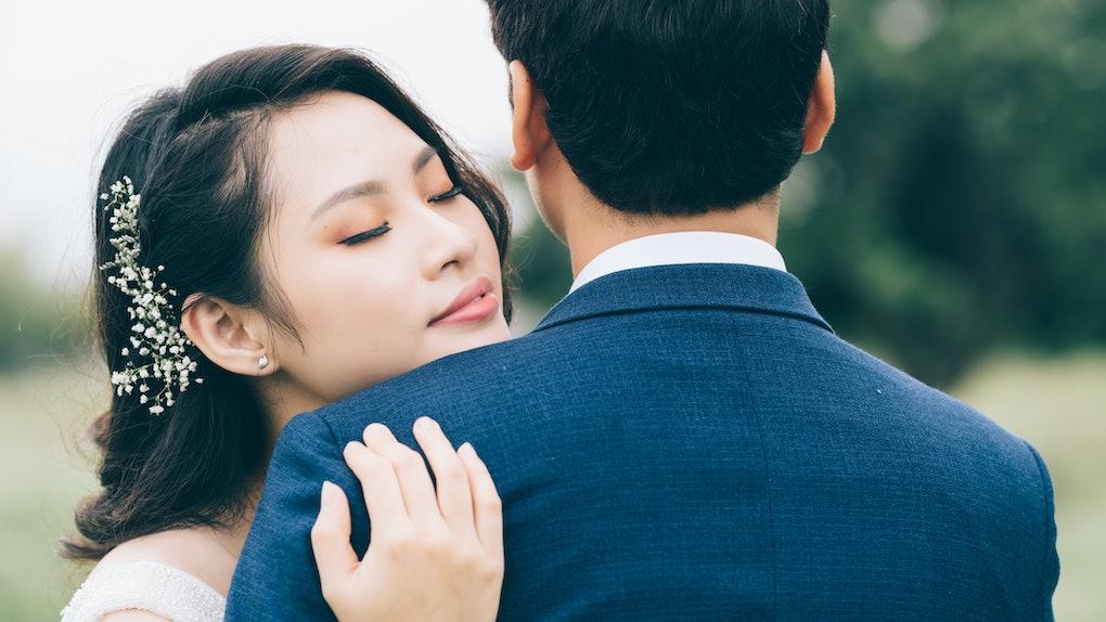 A young Asian couple in pre-wedding photos