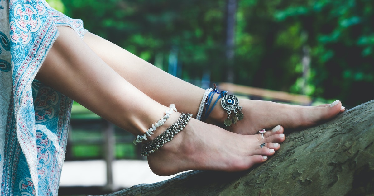9 Anklets To Show Off Before The Seasons Switch, Because Your Childhood Jewellery Fave Is Back