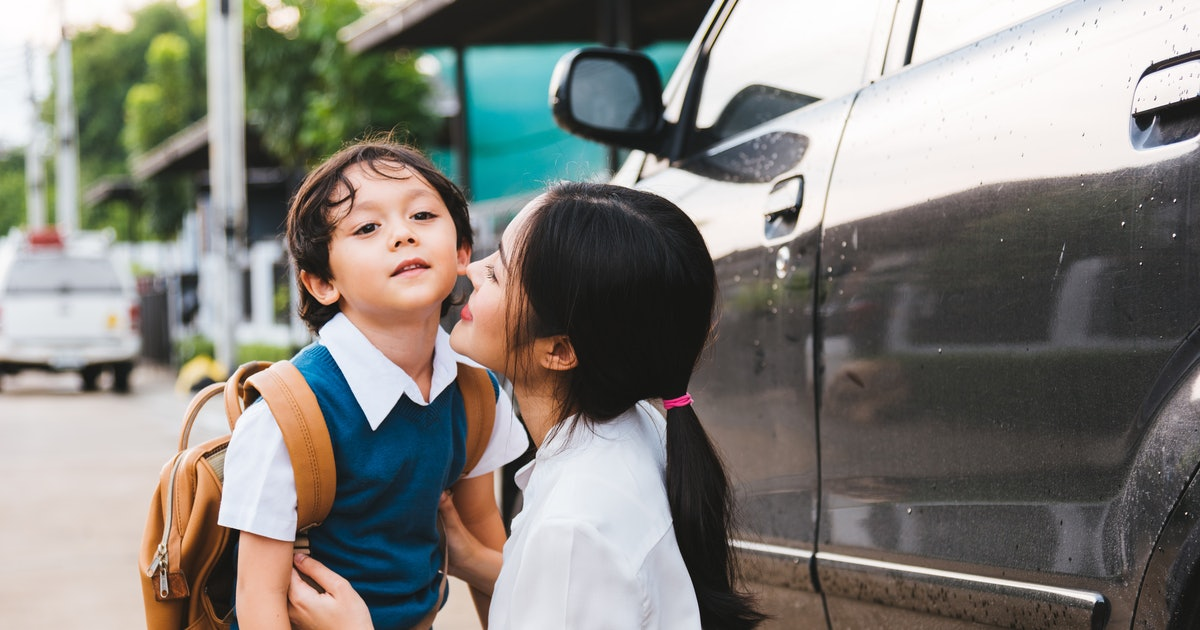 14 Ways To Make Friends With Other Moms At Drop-Off, According To A Camp Counselor