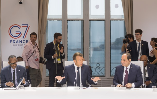 French President Emmanuel Macron, flanked by Rwanda's President Paul Kagame (L) and Egyptian President Fattah al-Sissi (R) during a work session focused on climate during the G7 meeting.