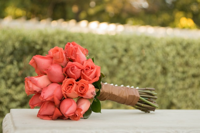 Rose wedding roses or flowers tied in brown wrap for fashion