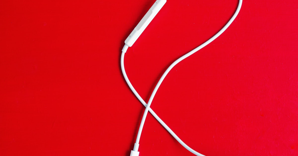 Apple discounts EarPods and wall adapter after confirming they won't come in the box