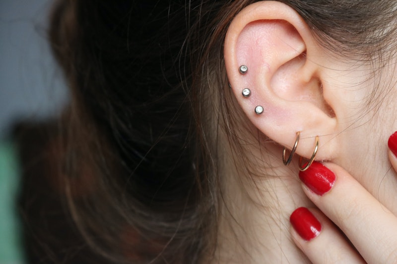 Thinking about going under the needle? Here's what to expect before a cartilage piercing, according to experts.