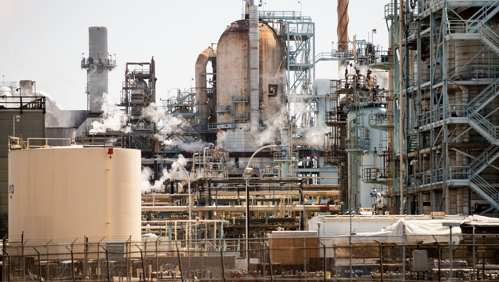 Fumes spread out of the Tesoro Corp. oil refinery of Long Beach in Los Angeles, California, 23 August 2019. (issued 27 September 2019) With nearly 6,000 active oil and gas wells in the county, according to a Natural Resources Defense Council, Los Angeles remains the largest urban oil field in the US. Of the 18 million people leaving in greater Los Angeles, 600,000 live less than 400 meters from an active well.  The story of the city is deeply intertwined with the oil industry. Old documents show Venice Beach covered with rigs and people walking the streets wearing gasmasks because the air pollution was so intense. This situation led to California being able to edict its own gas emission standards, stricter than those in the rest of the country, to counter the disastrous impact of the combined effects of oil production and traffic. This status was recently revoked by President Trump, a decision that is currently being challenged by the state of California.