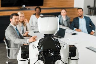看在会议厅的多元文化买卖人的选择聚焦机器人