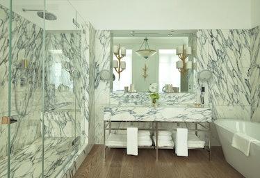 Brown's_Hotel_-_Kipling_Suite_Bathroom.jpg