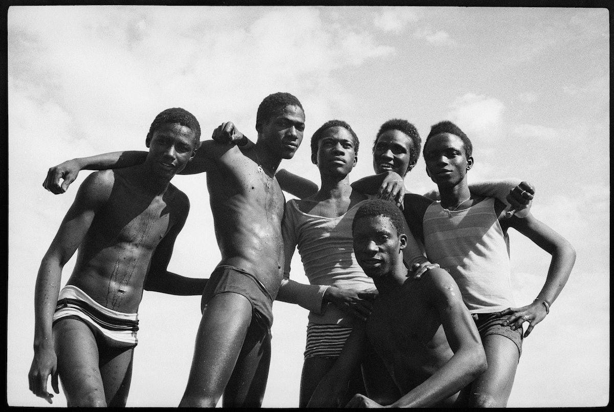 A la plage, 1974 (c) Malick Sidibé. Courtesy Galerie MAGNIN-A, Paris.jpg