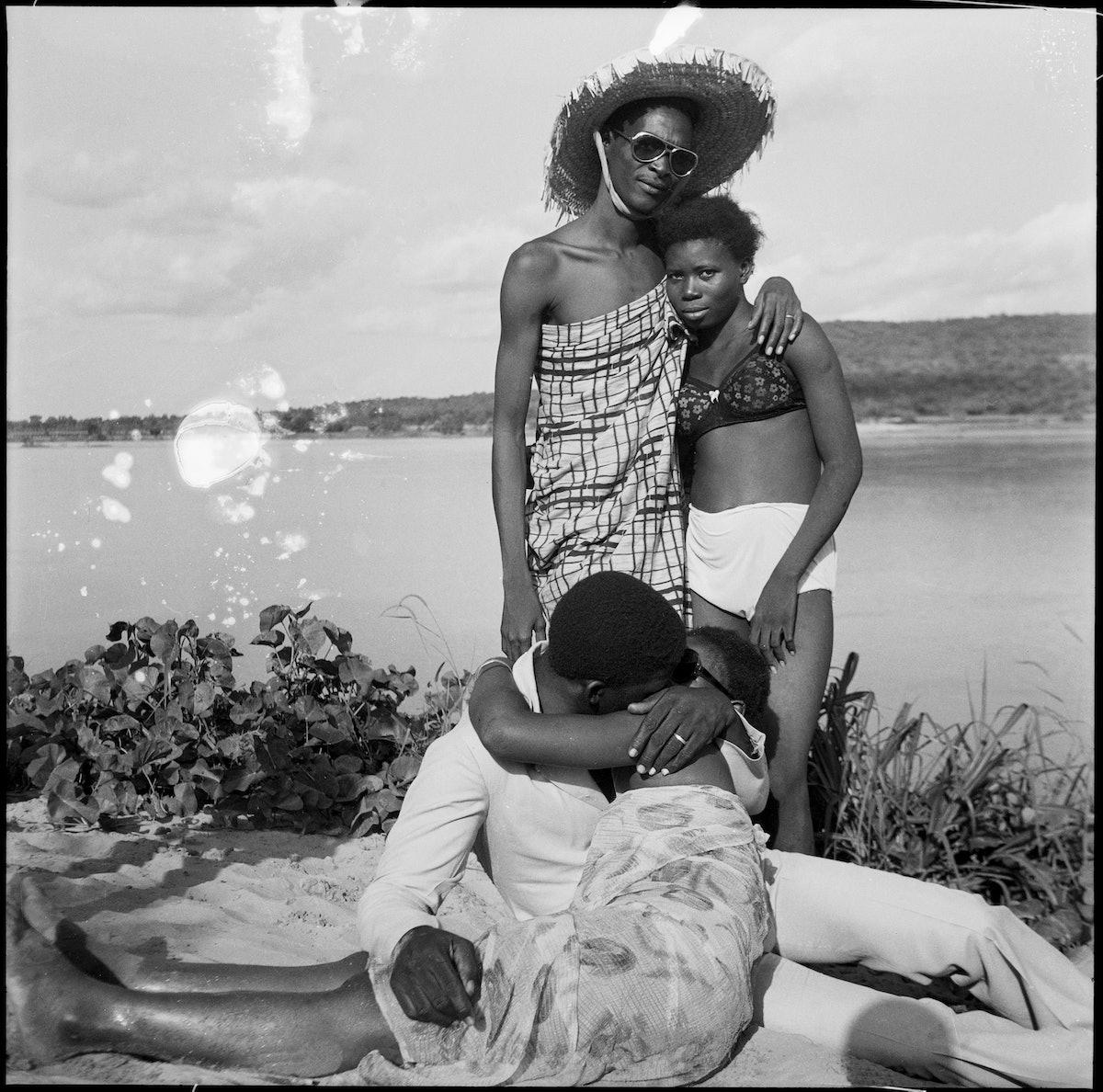 Les Retrouvailles au bord du fleuve Niger, 1974 (c) Malick Sidibé. Courtesy Galerie MAGNIN-A, Paris.jpg