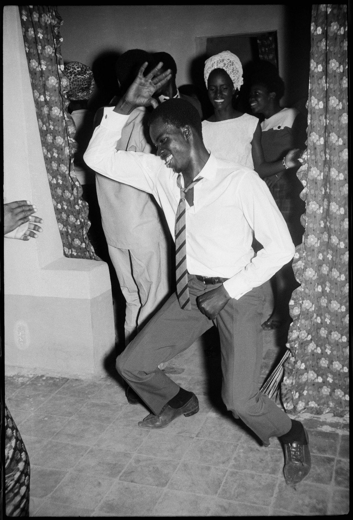 Malick Sidibé, Danseur Meringué, 1964 (c) Malick Sidibé. Courtesy Galerie MAGNIN-A, Paris.jpg