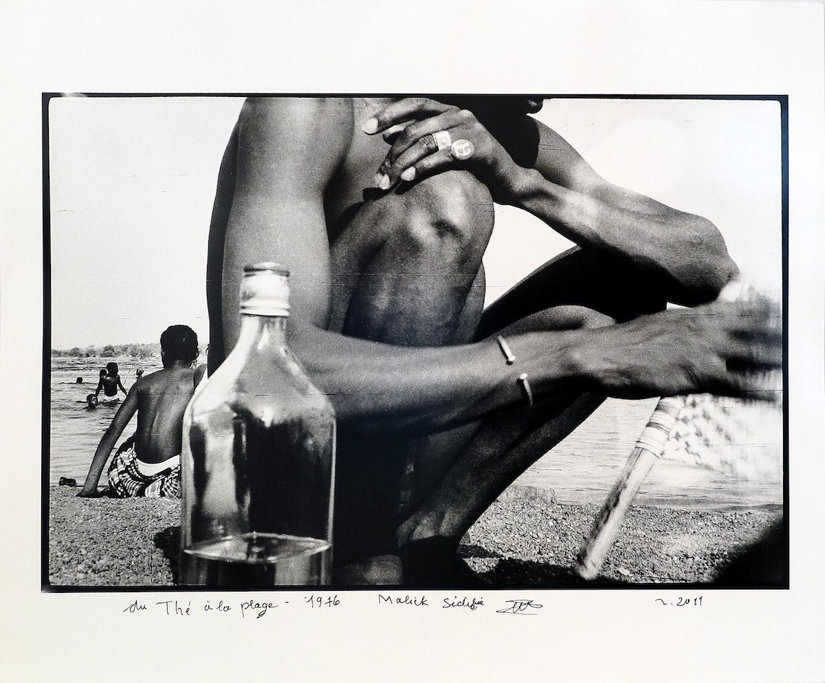 Malick Sidibé, Du thé à la plage., 1976, signed.jpg