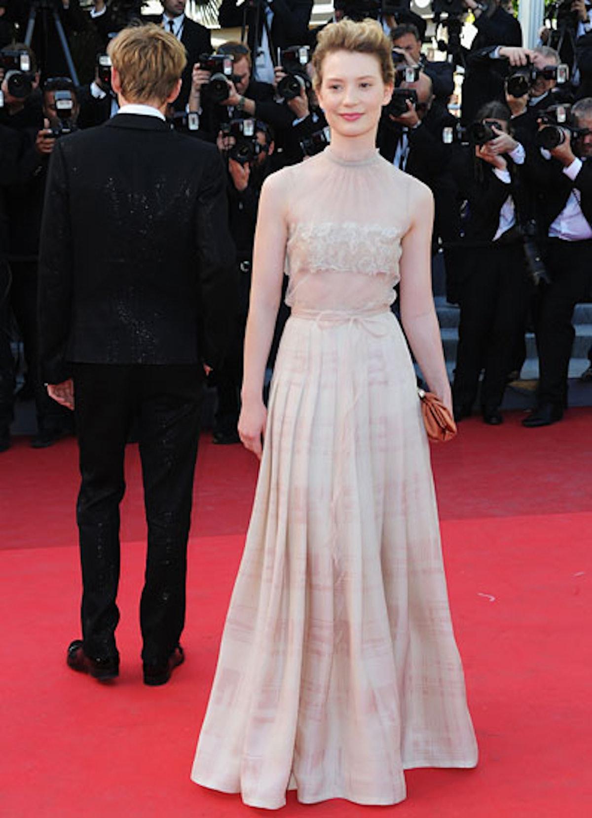 cess-mia-wasikowska-red-carpet-lookbook-06-v.jpg