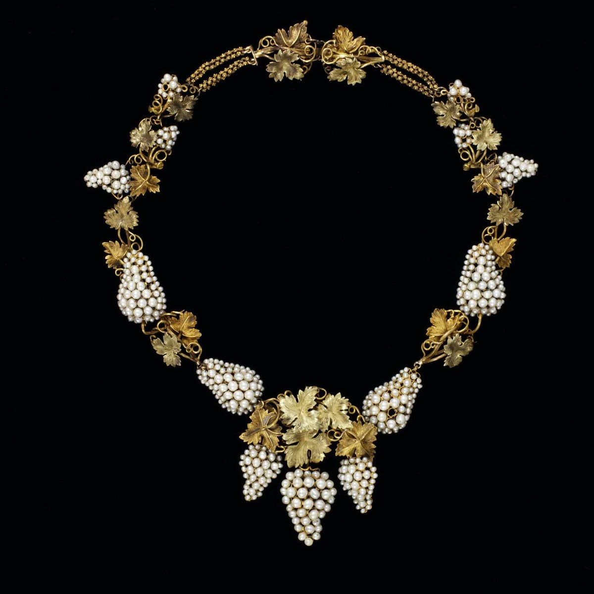 Londons Victoria and Albert Museum-5_Necklace_pearls_set_in_coloured_gold_probably_England_ca