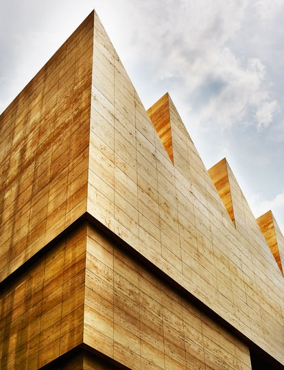 The jagged roof line of the new Museo Jumex references local factory architecture and also diffuses ...