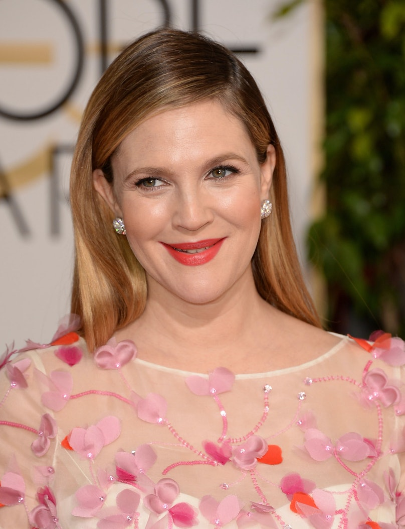 __Drew Barrymore__'s long hair, combed smoothly with a low side part, was so pretty but subtle, allowing her pretty pink-red lips to star.