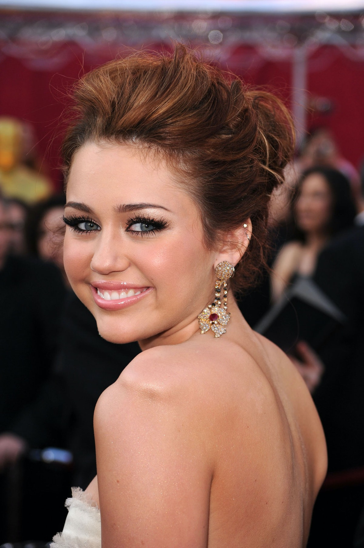If there's one thing Cyrus knows how to do, it's clean up nice for the red carpet. Case in point: th...