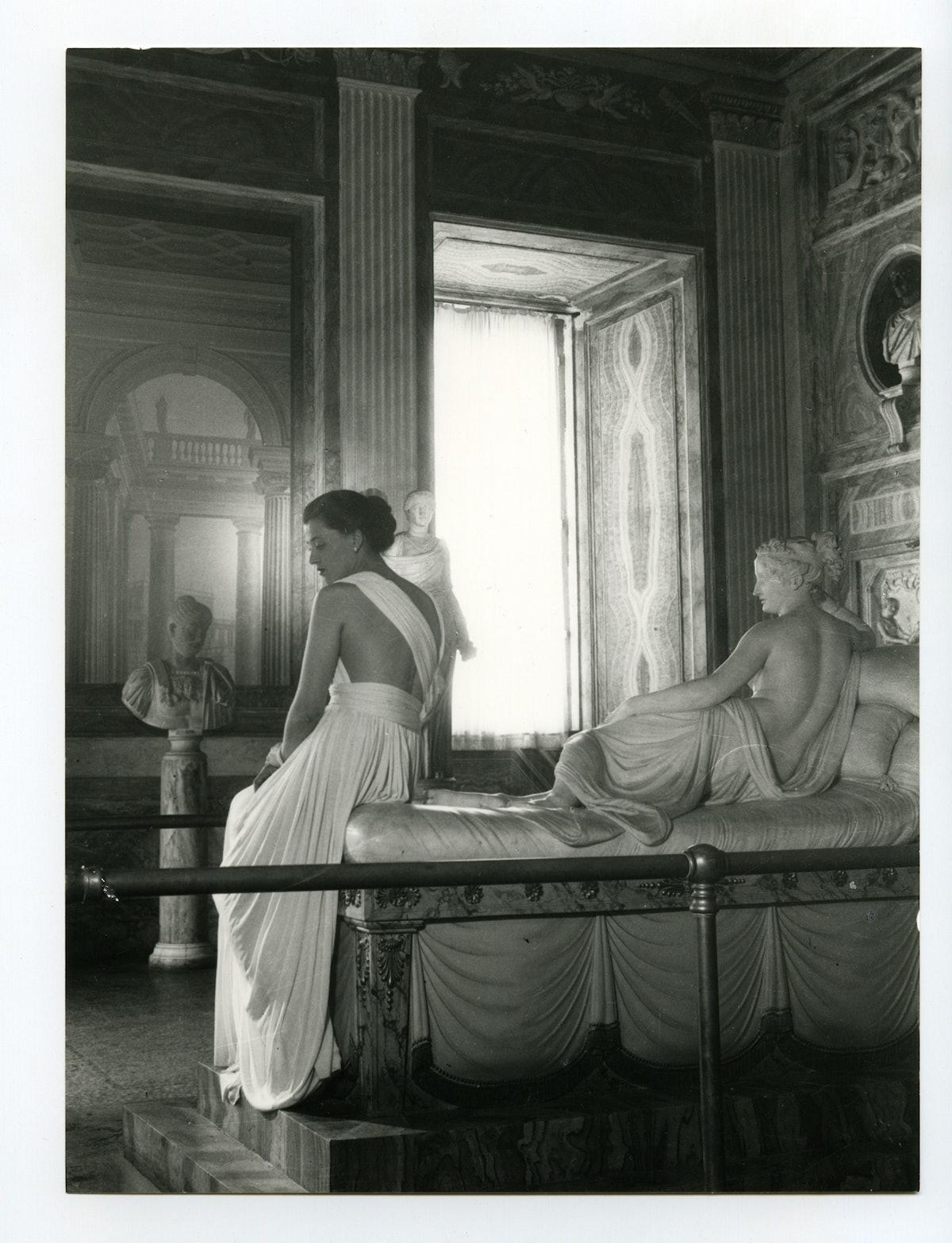 Pasquale-De-Antonis_Canovas-sculpture-of-Pauline-Bonaparte-Borghese-come-to-life-wearing-a-white-fox...