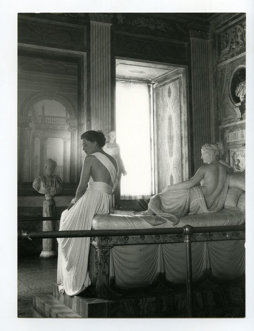Pasquale-De-Antonis_Canovas-sculpture-of-Pauline-Bonaparte-Borghese-come-to-life-wearing-a-white-fox-cape-by-Balzani_Galleria-Borghese_1947